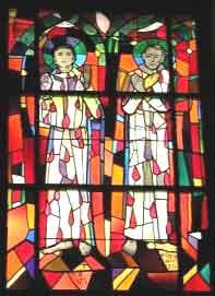 Germanus og Randoald, glassmaleri i sognekirken i Courtételle ved Delémont i kantonen Jura i Sveits (Hans Stocker 1972)
